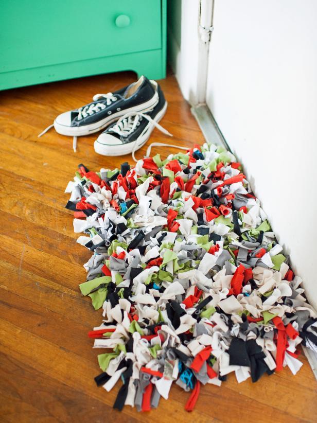 Easy DIY Decor Ideas - recycled t-shirt rug